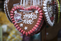Close up of gingerbread biscuit xmas decorations on German Christmas market stall 11015256307| 写真素材・ストックフォト・画像・イラスト素材|アマナイメージズ