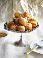 Bunuelos piled into silver serving dish dusted with icing sugar 11015257556| 写真素材・ストックフォト・画像・イラスト素材|アマナイメージズ