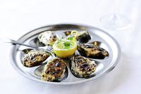 Barbecued oysters with lemon on restaurant table 11015257831| 写真素材・ストックフォト・画像・イラスト素材|アマナイメージズ