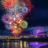 Multicolored firework display in night sky on waterfront, Los Angeles, California, USA 11015261005| 写真素材・ストックフォト・画像・イラスト素材|アマナイメージズ