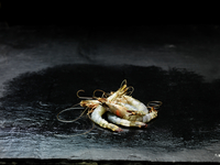 High angle view of pile of raw Madagascan prawns on wet slate 11015266946| 写真素材・ストックフォト・画像・イラスト素材|アマナイメージズ