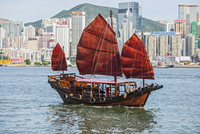 Traditional Chinese junk sailing at Victoria harbour in Hong Kong, China 11015268079| 写真素材・ストックフォト・画像・イラスト素材|アマナイメージズ