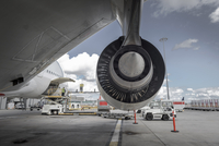 Rear view of A380 jet engine with ground crew loading freight 11015268342| 写真素材・ストックフォト・画像・イラスト素材|アマナイメージズ
