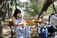 Grandmother sitting on park bench with baby granddaughter 11015269806| 写真素材・ストックフォト・画像・イラスト素材|アマナイメージズ