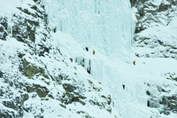 Ice climbers preparing to scale the weeping wall, frozen waterfall, Canmore, Canada 11015269966| 写真素材・ストックフォト・画像・イラスト素材|アマナイメージズ