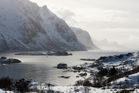 Snow covered mountains and fjord near Unstad, Lofoten Islands, Norway 11015270106| 写真素材・ストックフォト・画像・イラスト素材|アマナイメージズ