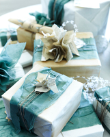 Stack of handmade christmas gift wrapping and christmas cracker 11015271171| 写真素材・ストックフォト・画像・イラスト素材|アマナイメージズ