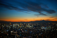 Elevated cityscape view with sunset over silhouetted Mount Fuji, Tokyo, Japan 11015273212| 写真素材・ストックフォト・画像・イラスト素材|アマナイメージズ