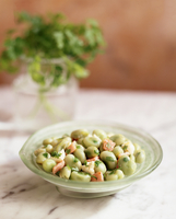 Butter beans with pancetta and parsley in bowl 11015275263| 写真素材・ストックフォト・画像・イラスト素材|アマナイメージズ