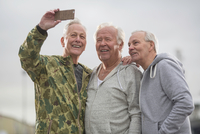 Senior friends wearing sports clothes using smartphone to take selfie 11015287090| 写真素材・ストックフォト・画像・イラスト素材|アマナイメージズ