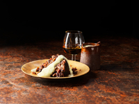 Vanilla and armagnac sauce poured over christmas pudding, glass of brandy and pot of sauce 11015288704| 写真素材・ストックフォト・画像・イラスト素材|アマナイメージズ