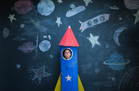 Portrait of girl in handmade space rocket in front of space themed chalk drawings 11015295113| 写真素材・ストックフォト・画像・イラスト素材|アマナイメージズ