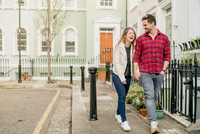 Young couple strolling and holding hands on Kings Road, London, UK 11015295392| 写真素材・ストックフォト・画像・イラスト素材|アマナイメージズ