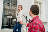 Young woman and boyfriend at front door, Kings Road, London, UK 11015295397| 写真素材・ストックフォト・画像・イラスト素材|アマナイメージズ