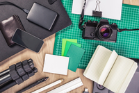Overhead view of retro camera, notebook, diary, external hard drive, wallet, tripod and smartphone 11015295420| 写真素材・ストックフォト・画像・イラスト素材|アマナイメージズ