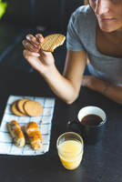 Cropped view of woman eating biscuit 11015296608| 写真素材・ストックフォト・画像・イラスト素材|アマナイメージズ
