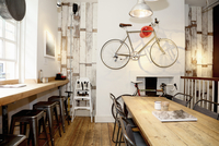 Quirky coffee shop interior with bicycle on wall 11015297419| 写真素材・ストックフォト・画像・イラスト素材|アマナイメージズ