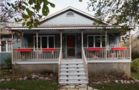 Grey country cottage style home facade with veranda in autumn, Quebec, Canada 11015300186| 写真素材・ストックフォト・画像・イラスト素材|アマナイメージズ