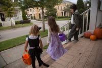 Boy and sisters trick or treating moving down porch stairway 11015300538| 写真素材・ストックフォト・画像・イラスト素材|アマナイメージズ