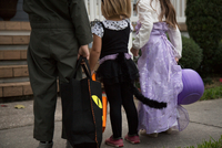 Boy and sisters trick or treating waiting at porch stairway 11015300541| 写真素材・ストックフォト・画像・イラスト素材|アマナイメージズ