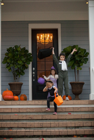 Boy and sisters trick or treating celebrating on porch 11015300546| 写真素材・ストックフォト・画像・イラスト素材|アマナイメージズ