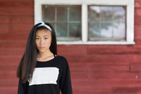 Portrait of teenage girl with long black hair and hair ribbon in porch 11015300905| 写真素材・ストックフォト・画像・イラスト素材|アマナイメージズ
