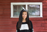 Portrait of smiling teenage girl with long black hair and hair ribbon in porch 11015300906| 写真素材・ストックフォト・画像・イラスト素材|アマナイメージズ