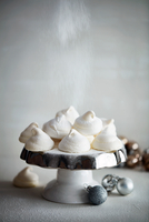 Meringues on cake stand and Christmas baubles 11015303538| 写真素材・ストックフォト・画像・イラスト素材|アマナイメージズ