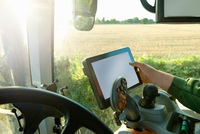 Farmer's hand driving tractor using touchscreen on global positioning system 11015304979| 写真素材・ストックフォト・画像・イラスト素材|アマナイメージズ