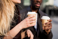Cropped shot of young couple holding takeaway coffee in city 11015316846| 写真素材・ストックフォト・画像・イラスト素材|アマナイメージズ