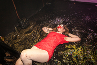 Woman wearing face paint, lying on floor, floor covered in glitter 11015317342| 写真素材・ストックフォト・画像・イラスト素材|アマナイメージズ