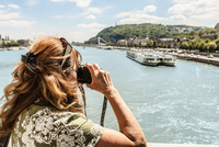 Older woman taking pictures of river 11015322508| 写真素材・ストックフォト・画像・イラスト素材|アマナイメージズ