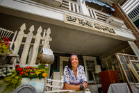Portrait of female shop keeper at front porch shabby chic shop 11015327285| 写真素材・ストックフォト・画像・イラスト素材|アマナイメージズ