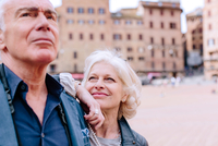 Mature woman gazing at husband in town square, Siena, Tuscany, Italy 11015327911| 写真素材・ストックフォト・画像・イラスト素材|アマナイメージズ