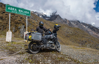 Woman standing by her motorbike at Abra de Malaga pass (4316 m.s.n.m.), Cusco, Peru, South America 11015328709| 写真素材・ストックフォト・画像・イラスト素材|アマナイメージズ