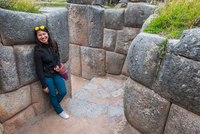 Portrait of woman at Sacsayhuaman, an ancient Inca site above Cusco, Cusco, Peru, South America 11015328722| 写真素材・ストックフォト・画像・イラスト素材|アマナイメージズ