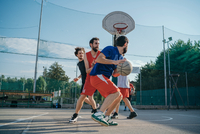 Friends on basketball court playing basketball game 11015329984| 写真素材・ストックフォト・画像・イラスト素材|アマナイメージズ