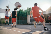 Friends on basketball court playing basketball game 11015329994| 写真素材・ストックフォト・画像・イラスト素材|アマナイメージズ