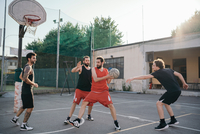 Friends on basketball court playing basketball game 11015329996| 写真素材・ストックフォト・画像・イラスト素材|アマナイメージズ