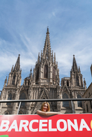 Woman on open top bus in front of Barcelona Cathedral, Barcelona, Catalonia, Spain, Europe 11015331782| 写真素材・ストックフォト・画像・イラスト素材|アマナイメージズ