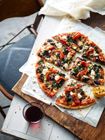 Sliced spinach, feta and olive pizza on serving board, elevated view 11015331837| 写真素材・ストックフォト・画像・イラスト素材|アマナイメージズ