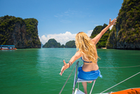 Rear view of woman on yacht, arms open, Koh Hong, Thailand, Asia 11015332576| 写真素材・ストックフォト・画像・イラスト素材|アマナイメージズ