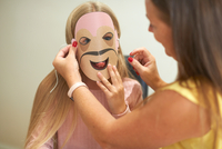 Mother attaching paper mask to daughter's face 11015334596| 写真素材・ストックフォト・画像・イラスト素材|アマナイメージズ