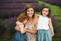 Mother and daughters in lavender field, Campbellcroft, Canada 11015334848| 写真素材・ストックフォト・画像・イラスト素材|アマナイメージズ