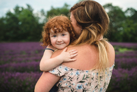 Mother and daughter in lavender field, Campbellcroft, Canada 11015334850| 写真素材・ストックフォト・画像・イラスト素材|アマナイメージズ