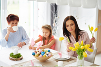 Woman with daughter and mother arranging yellow tulips at easter dining table 11015337404| 写真素材・ストックフォト・画像・イラスト素材|アマナイメージズ