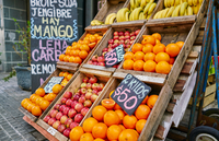 Fresh apples and oranges in crates on market stall, Montevideo, Uruguay, South America 11015339830| 写真素材・ストックフォト・画像・イラスト素材|アマナイメージズ