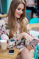 Stylish young woman with long hair reading notebook at sidewalk cafe, Odessa, Ukraine 11015340478| 写真素材・ストックフォト・画像・イラスト素材|アマナイメージズ