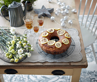Table with bundt cake, flowers and drinks 11015343370| 写真素材・ストックフォト・画像・イラスト素材|アマナイメージズ
