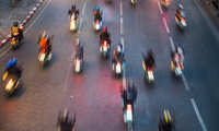 People riding motorbikes on busy road in Bangkok, Bangkok Metropolis, Krung Thep, Thailand 11015343638| 写真素材・ストックフォト・画像・イラスト素材|アマナイメージズ